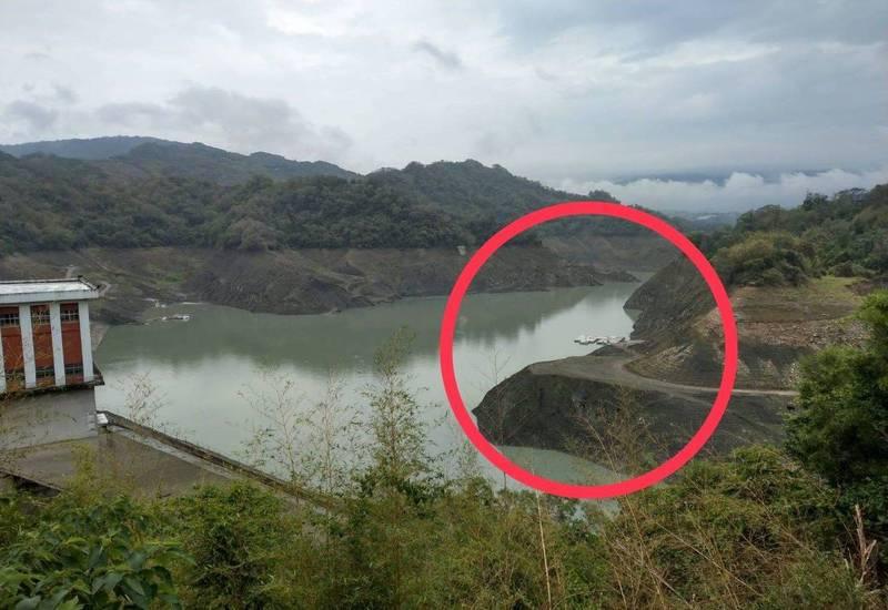 鯉魚潭水庫在上月31日梅雨剛造訪時,大壩旁的一處平台(紅圈)明顯露出水面。(記者陳建志翻攝)