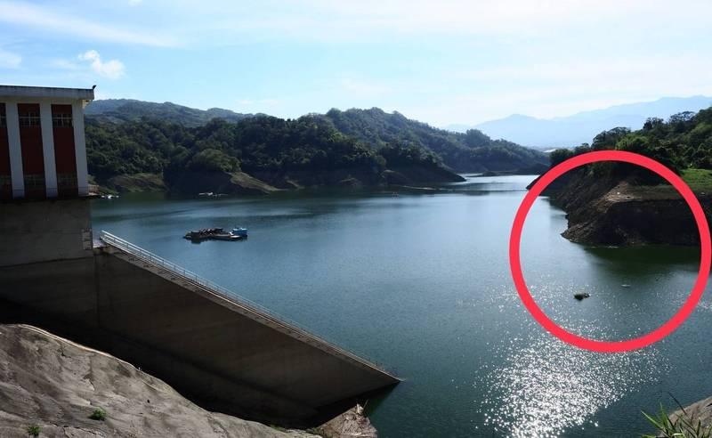 鯉魚潭水庫的水位在連續兩波梅雨助攻下,已經回升達30.9米,大壩旁的一處平台(紅圈)如今已沉沒在水中。(記者陳建志翻攝)