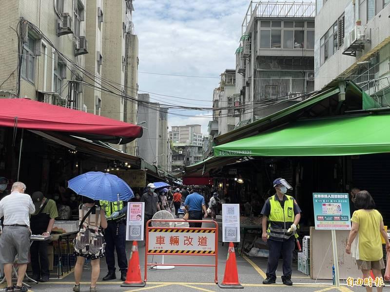 台北市的傳統市場人流管制效果不彰,市長柯文哲呼籲民眾用菜籃車採購一週足量,就可減少逛市場次數。(記者鄭名翔攝)