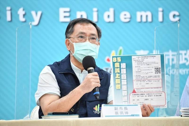 北市副市長蔡炳坤表示,今透過里民系統將「量身訂做」的「85歲以上長者接種新冠肺炎疫苗重要通知」發給每位老人家。(北市府提供)