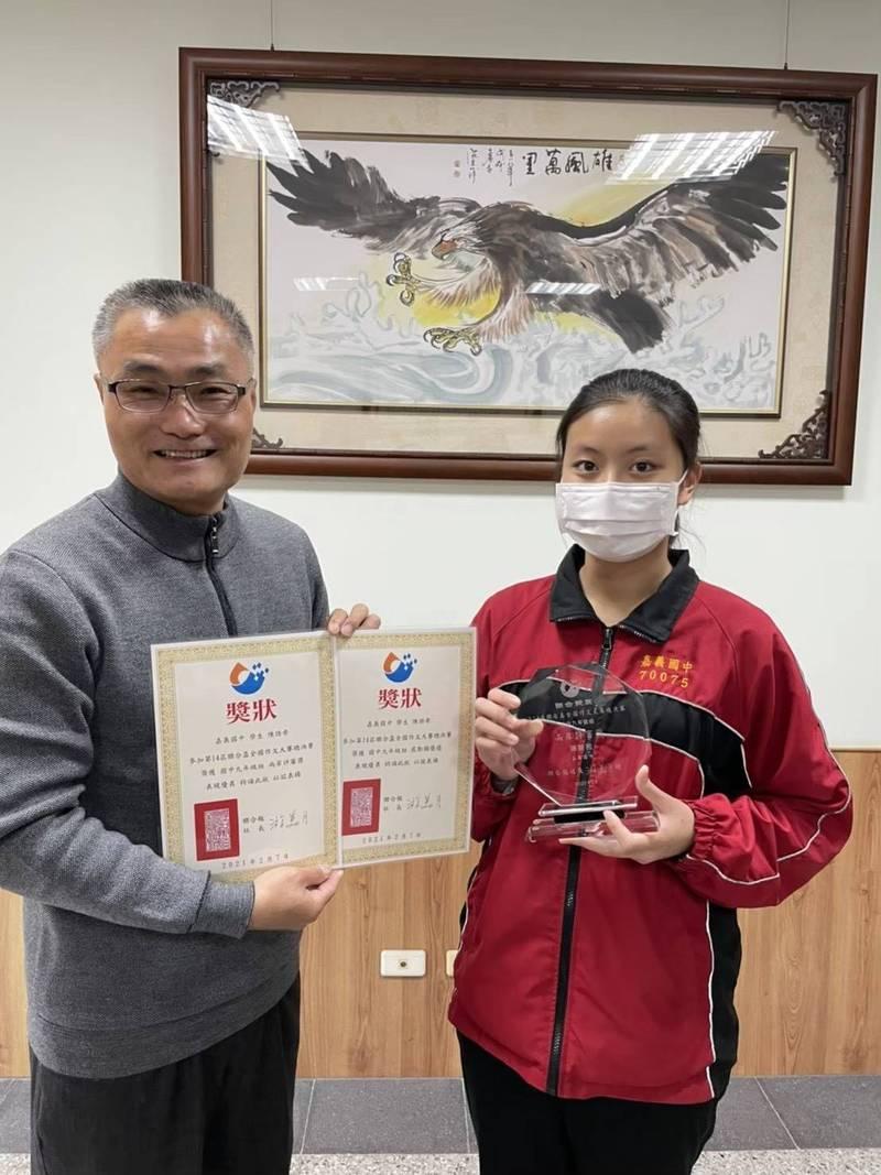 陳語希(右)在語文、科展及游泳比賽都表現亮眼,會考成績5A9+、作文6級分,成為該校榜首。左為校長陳仁輝。(記者王善嬿翻攝)