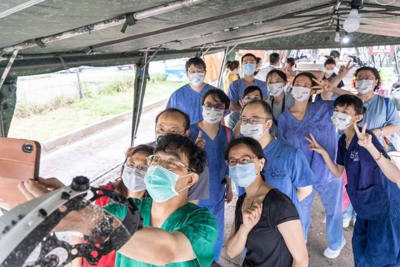 新竹市醫師公會理事長邱國華(前)拿起手機自拍,見這這歷史性的一刻!(記者蔡彰盛翻攝)