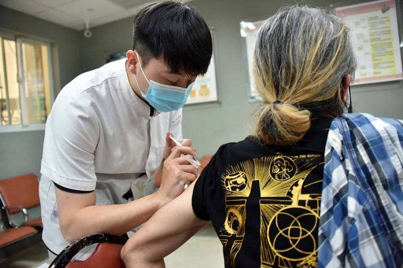 高醫院長鍾飲文指出,根據英國最新資料,施打第二劑後,AZ與輝瑞疫苗保護力相當!(記者葛祐豪翻攝)