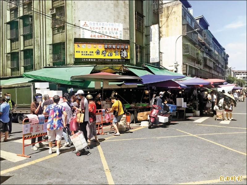 濱江市場管制區外有不少攤販可買菜。(記者蔡思培攝)