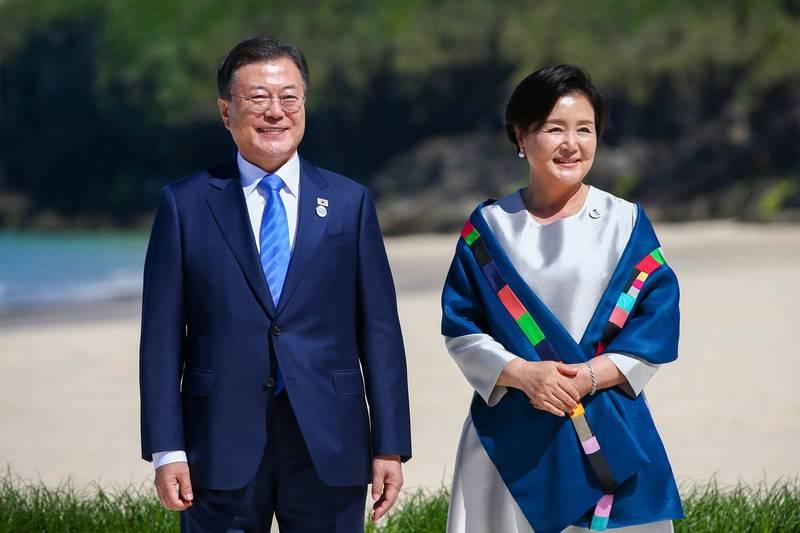 南韓總統文在寅夫婦出訪英國,文在寅12日和英國AZ藥廠執行長蘇博科(Pascal Soriot)會晤,詳談未來的合作發展。(歐新社)