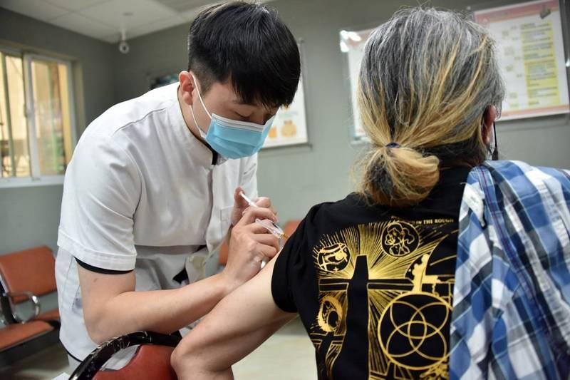 高雄市昨領到疫苗後,展現高效率馬上開打。(記者葛祐豪翻攝)