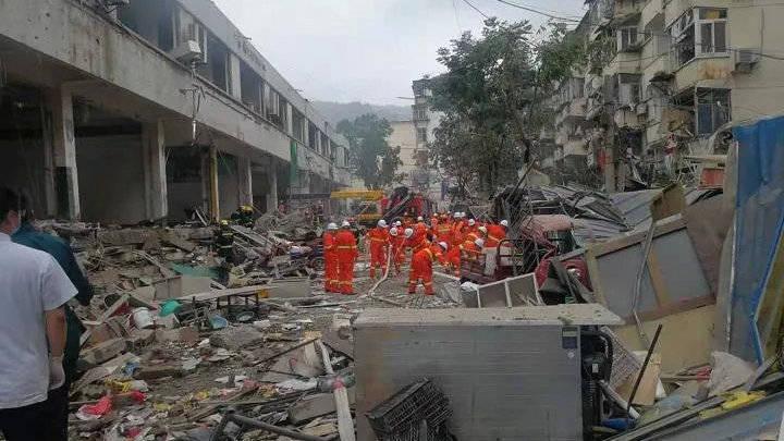 中國湖北十堰市13日上午6點30分發生天然氣爆炸事故,41間店面被炸毀,造成多人受困。(圖取自微博)