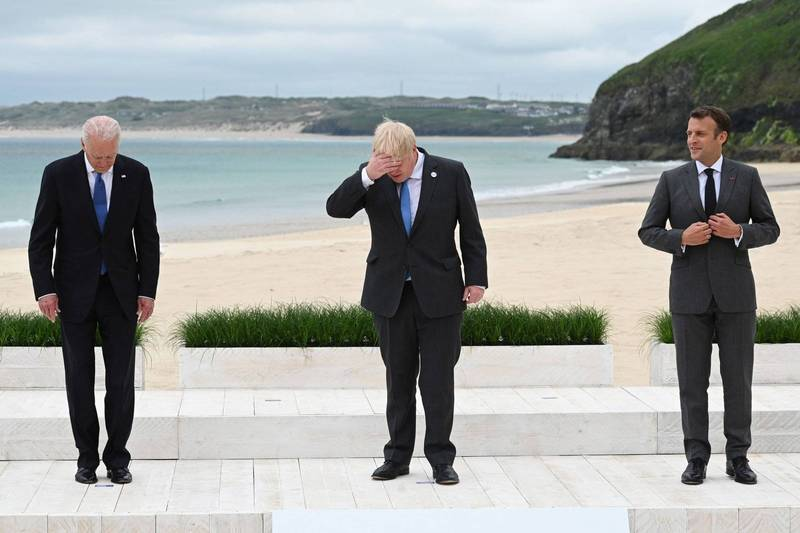 英國G7峰會,美國總統拜登(左)、英相強森(中)、法國總統馬克宏(右)維持社交距離合照。(路透)