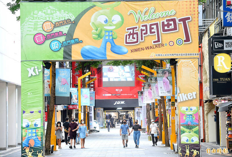 People walk through the usually crowded Ximending pedestrian area in Taipei's Wanhua District yesterday, the second day of the Dragon Boat Festival long weekend. Photo: Fang Pin-chao, Taipei Times