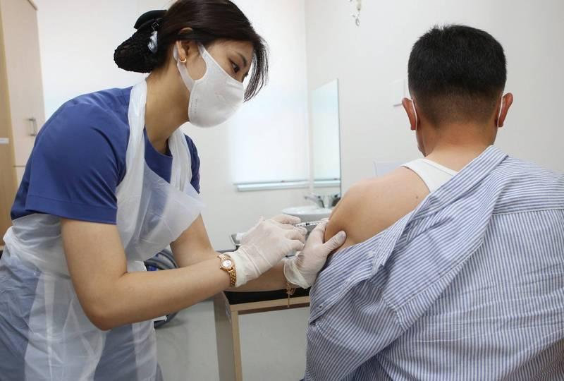 南韓大邱1名38歲的男子,在接種嬌生武漢肺炎疫苗3天後死亡,是南韓首起嬌生疫苗通報死亡個案。南韓嬌生疫苗施打示意圖。(歐新社)