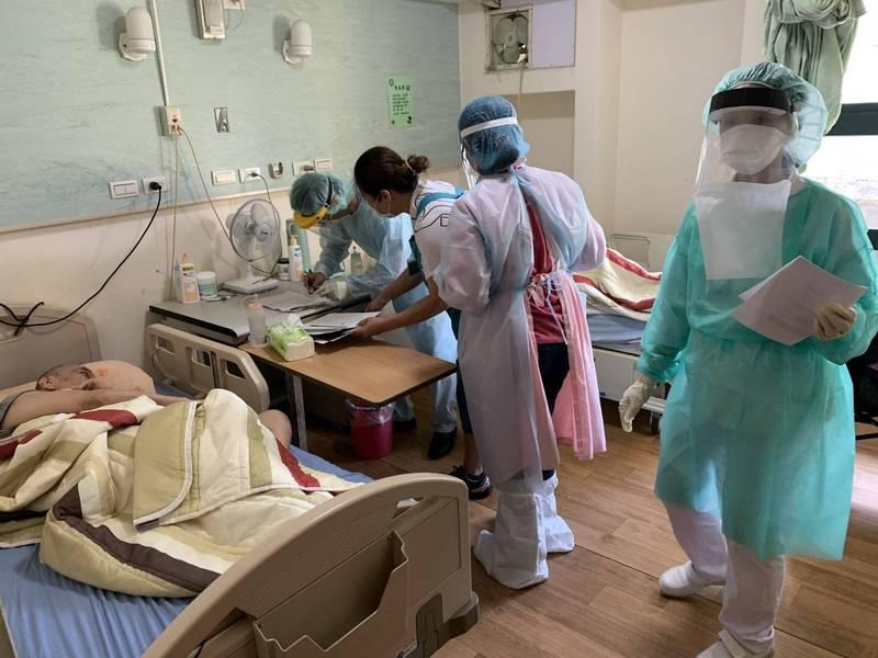 台北市疫苗預約僅限設籍於台北的長者,此舉讓市議員李建昌忍不住痛斥柯P。圖為台北市疫苗機動接種隊。(北市府提供)