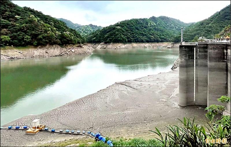 石門水庫5月底時,壩區還裸露大片陸地。 (記者李容萍攝)