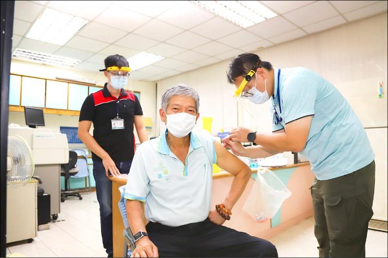 嘉義縣為1至5類人員施打疫苗。(記者林宜樟翻攝)