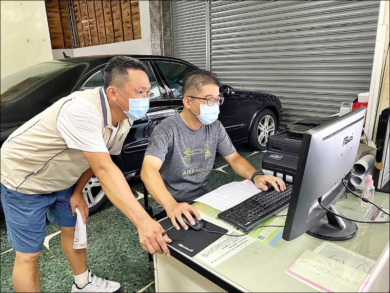 嘉義市優先施打85歲以上長者,里長、里幹事全面動起來,調查里內長輩施打疫苗意願後,協助報名、安排施打。(記者王善嬿翻攝)