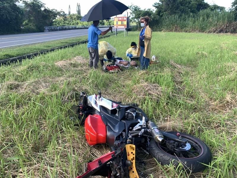 來自新北市的高男昨天騎重機在成功鎮車禍,連人帶車飛越水溝,掉落農田。(警方提供)