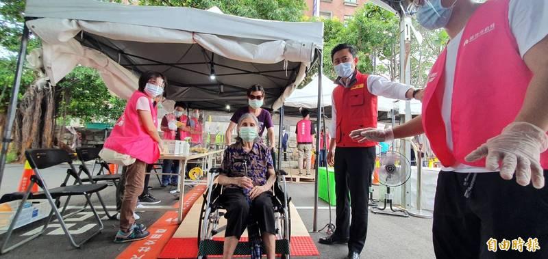 林智堅關心坐輪椅的銀髮族施打動線。(記者蔡彰盛攝)