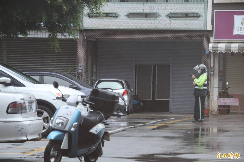 新竹縣的路邊停車收費員開單後,縣府建議車主在疫情期間可以多多使用多元支付繳費。(記者黃美珠攝)