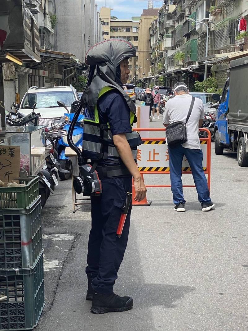 北市員警自掏4萬購買動力呼吸裝置,穿戴執勤被戲稱為外星警察。(記者姚岳宏翻攝)