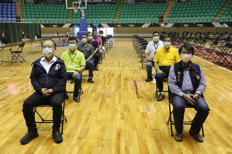 副市長史哲(左)今上午視察鳳山體育場接種站,並與醫護人員進行疫苗接種演練。(衛生局提供)