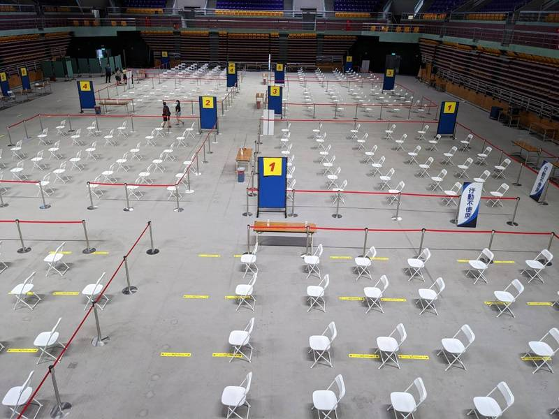 屏縣體育館大型速打站分6區、每批每區33位長者坐定接受服務。(圖由屏縣府提供)