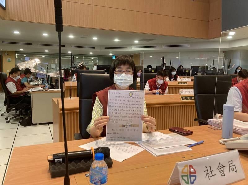 小兄妹寫下的信,由社會局長張錦麗代為念出。(圖由新北市新聞局提供)
