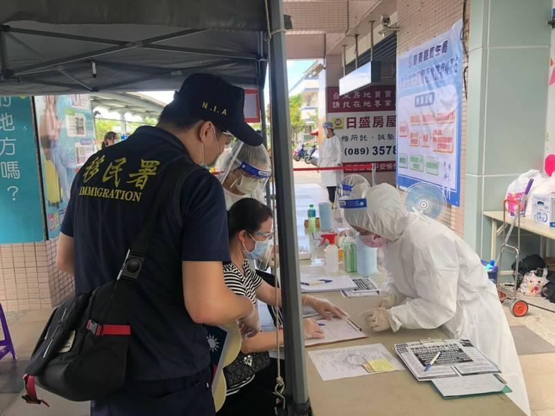 移民署於端午節假期派員至台東火車站協助旅客採檢。(記者黃明堂翻攝)