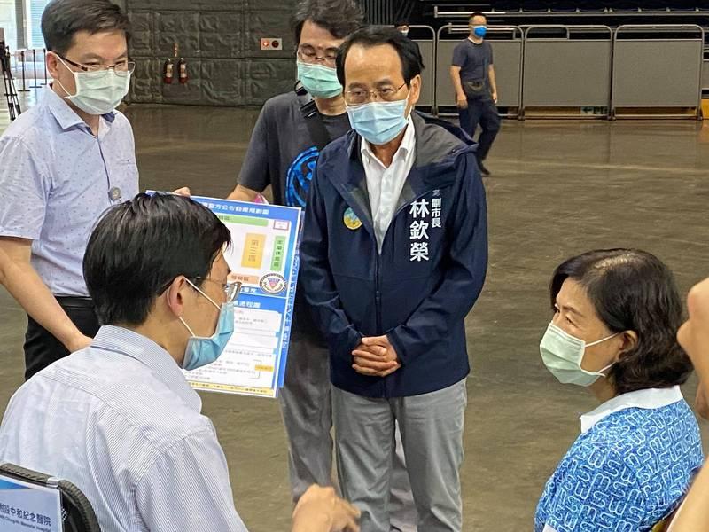 高雄市副市長林欽榮今下午到高雄巨蛋,視察接種站準備情形。(翻攝林欽榮臉書)