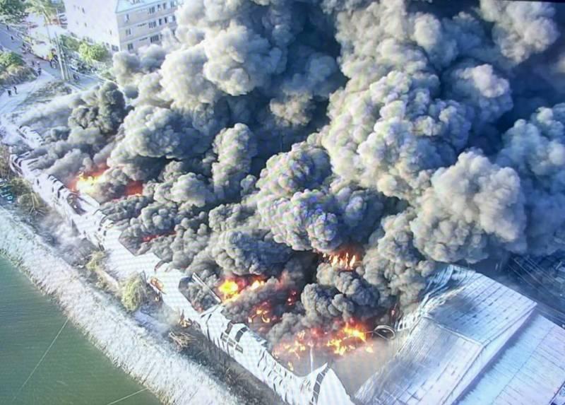 仁德倉庫大火,空拍畫面,怵目驚心。(記者吳俊鋒翻攝)