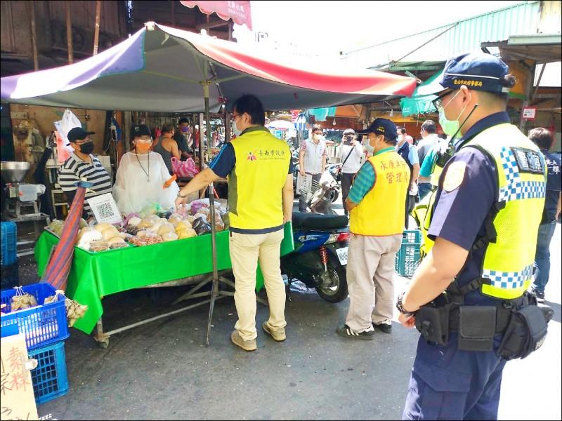 避免傳統市場成為防疫破口,南市針對傳統市場每週進行2次聯合大執法。(經發局提供)