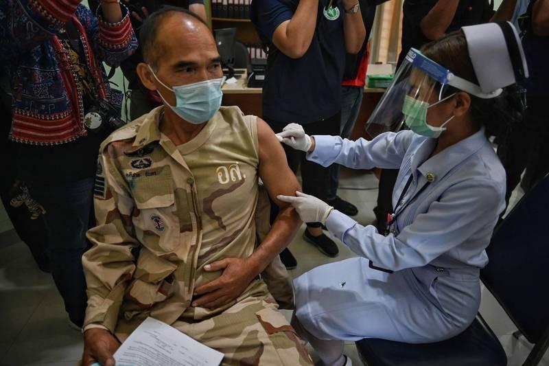 負責緬甸疫苗接種計畫的負責人遭到軍政府逮捕,指控其與反政變地下組織有聯繫,面臨叛國罪。緬甸疫苗施打示意圖,與本新聞無關。(法新社)