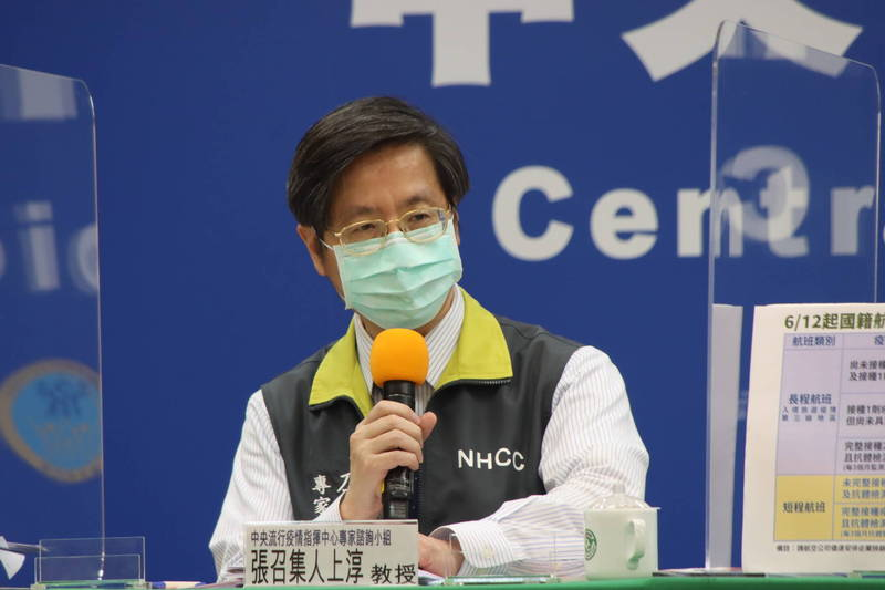 我國中央流行疫情指揮中心專家諮詢小組召集人張上淳表示,目前使用疫苗在臨床試驗時期,並未遇到這麼多變種病毒,英國報告值得關注與參考。(圖由指揮中心提供)