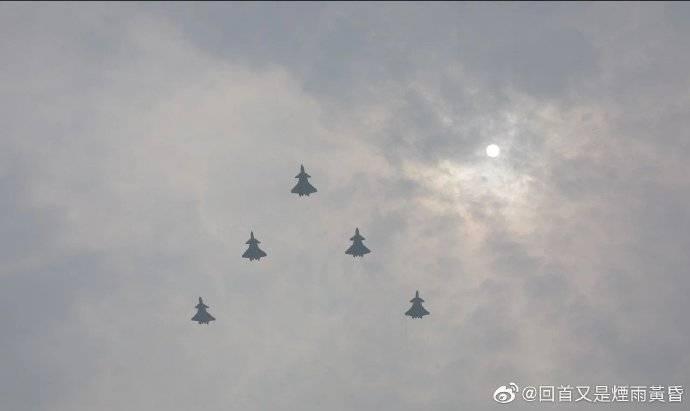 民眾捕捉殲-10、殲-20等多型軍機進行空中彩排。(翻攝自微博)