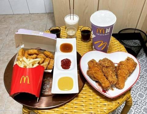 網友突發奇想,決定帶著這套餐去祭拜地基主。(圖取自臉書社團「爆廢公社公開版」)