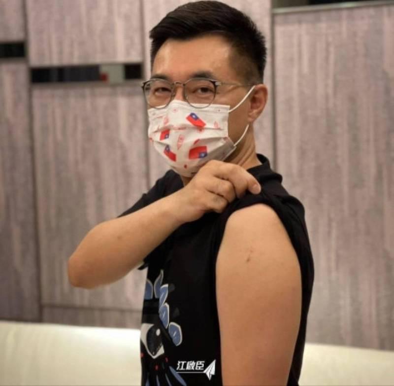 國民黨主席江啟臣露手臂,稱願當國產疫苗三期試驗者。(截圖自江啟臣臉書)