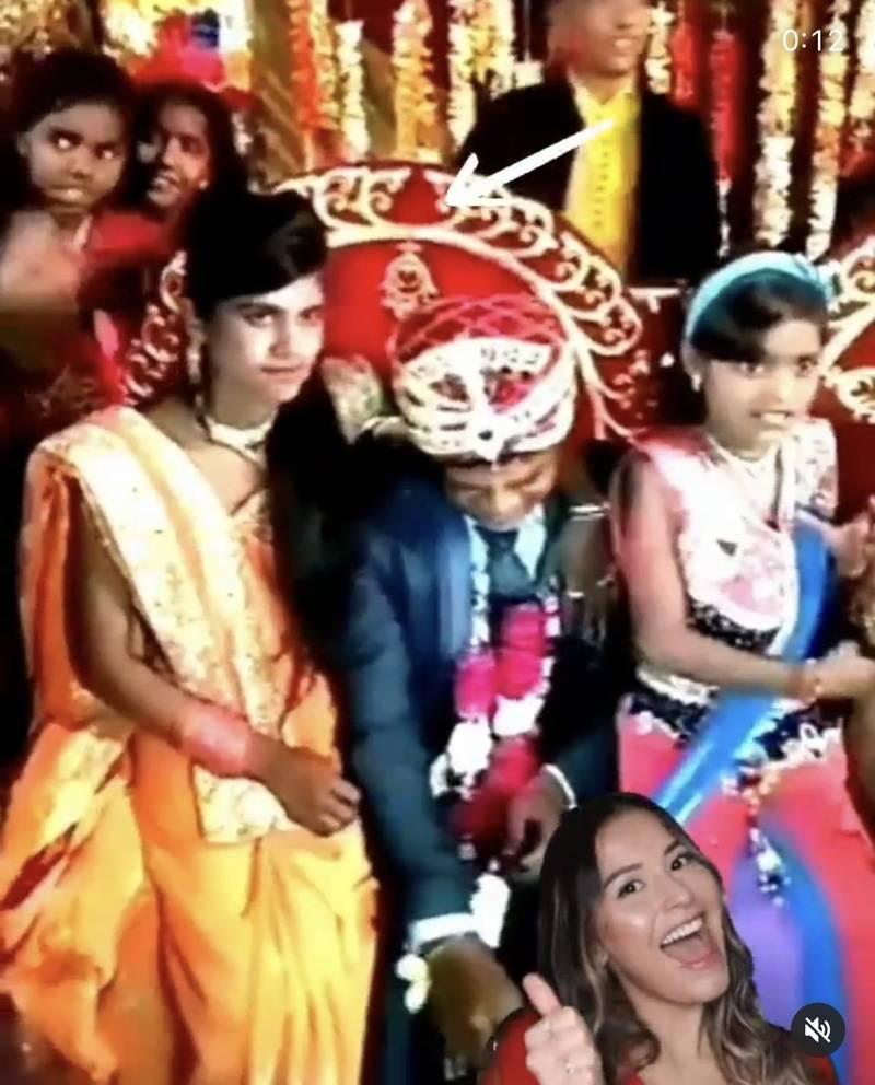 穿著橘色衣服的新娘妹妹(圖左)與新郎(圖中)正在舞台上和賓客合影。(圖翻攝自official_niranjanm87官方IG)