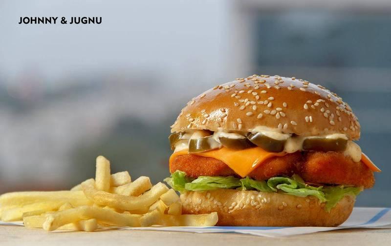 巴基斯坦一群警察索要免費漢堡被拒,一怒之下竟逮捕速食店19名員工。(圖取自Johnny & Jugnu臉書)