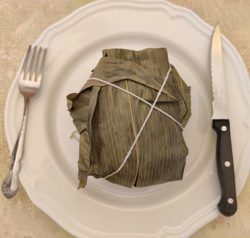 有網友就在臉書社團分享自家的粽子,只見在粽子旁還擺上了刀叉,讓原Po滿臉疑惑,在訊問之下才知道是老婆精心製作的「超多肉」粽,令他直呼超驚喜。(圖擷取自臉書)