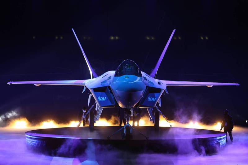南韓空軍國產超音速戰機「獵鷹」KF-21首架原型機,日前遭韓媒《中央日報》爆料,展出後就被拆除。(歐新社)