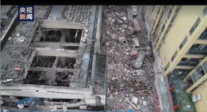 中國湖北十堰市菜市場爆炸,現場斷垣殘壁,滿目瘡痍。(圖擷取自網路畫面)