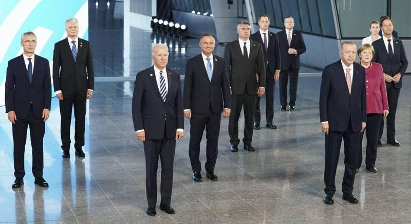 繼G7峰會之後,北約NATO峰會在比利時布魯塞爾舉行,美國總統拜登(左三)等各會員國領袖在會前合影。(美聯社)
