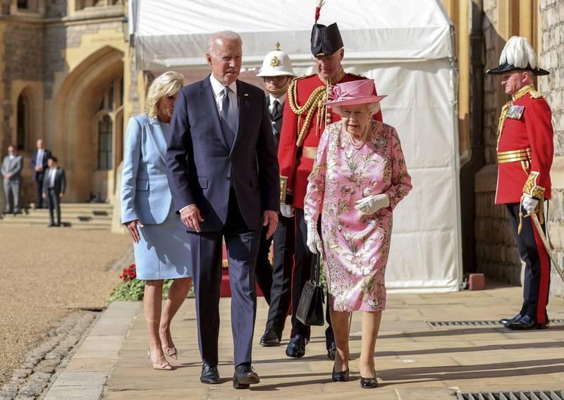 拜登與伊莉莎白二世相談甚歡。(美聯社)