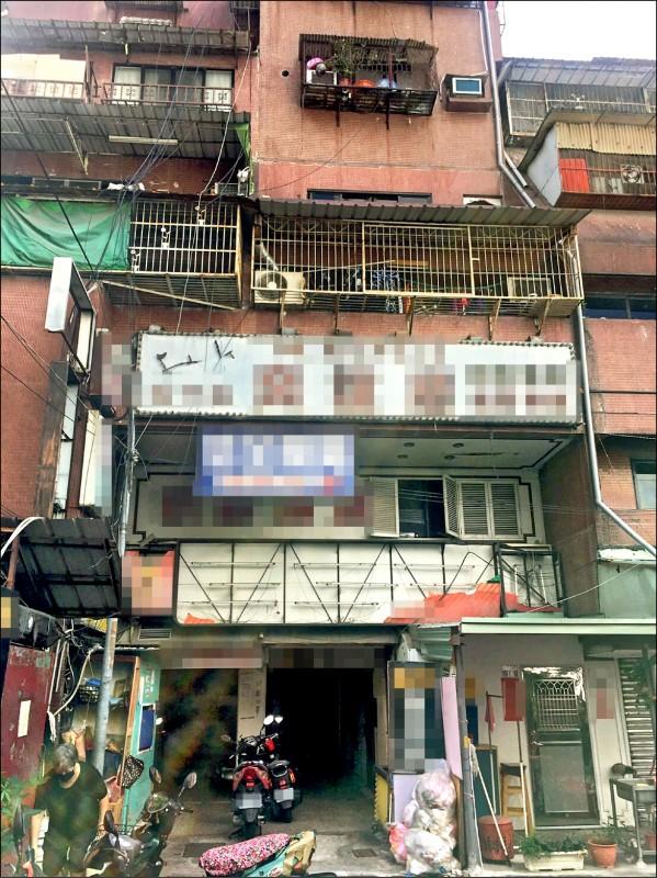印尼媽媽與兩名兒子住在大樓頂樓加蓋 的簡陋套房。 (民眾提供)