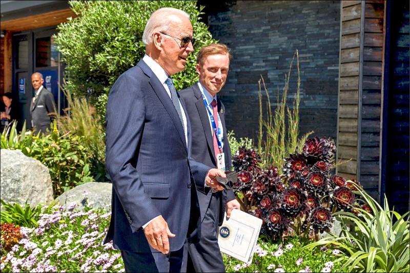 美國白宮國家安全顧問蘇利文(右)表示,G7抗衡中國立場一致。圖為蘇利文十三日陪同美國總統拜登出席G7峰會。(路透檔案照)