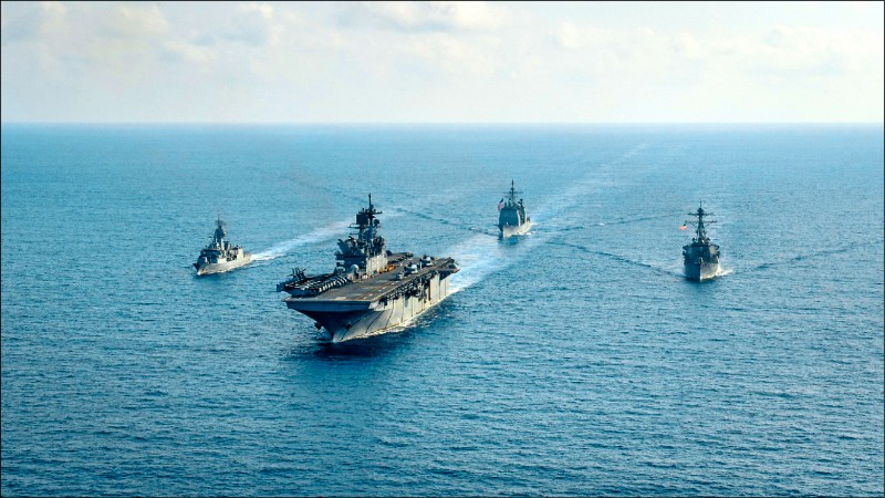 澳洲海軍將參加即將在南海舉行的多國海軍聯合演習。圖為去年4月澳洲海軍和美國海軍艦艇在南海舉行聯合演習。(路透檔案照)