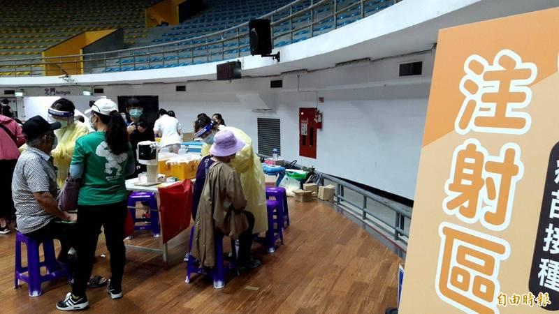 台東縣政府在縣立體育館建置接種站,預約民眾依序至注射區施打疫苗。(記者陳賢義攝)