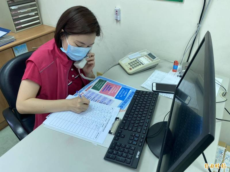 埔里衛生所派5名工作人員接預約電話,逐一登記長輩資料,並通知施打時間。(記者佟振國攝)