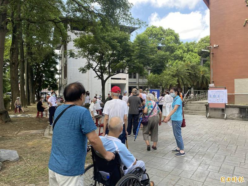 桃園市今起一連3天替長者接種疫苗,大多數長者不是拄著拐杖就是坐在輪椅上,現場大排長龍。(記者魏瑾筠攝)