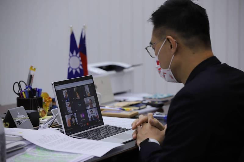 國民黨主席江啟臣今天上午與黨務主管、智庫及立法院黨團代表與勞工團體舉行新冠疫情紓困政策視訊會議。(國民黨提供)