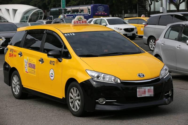 中市今85歲長輩至快打站施打疫苗,交通局建議長輩可持敬老愛心卡搭計程車,一次扣85點。(市府提供)