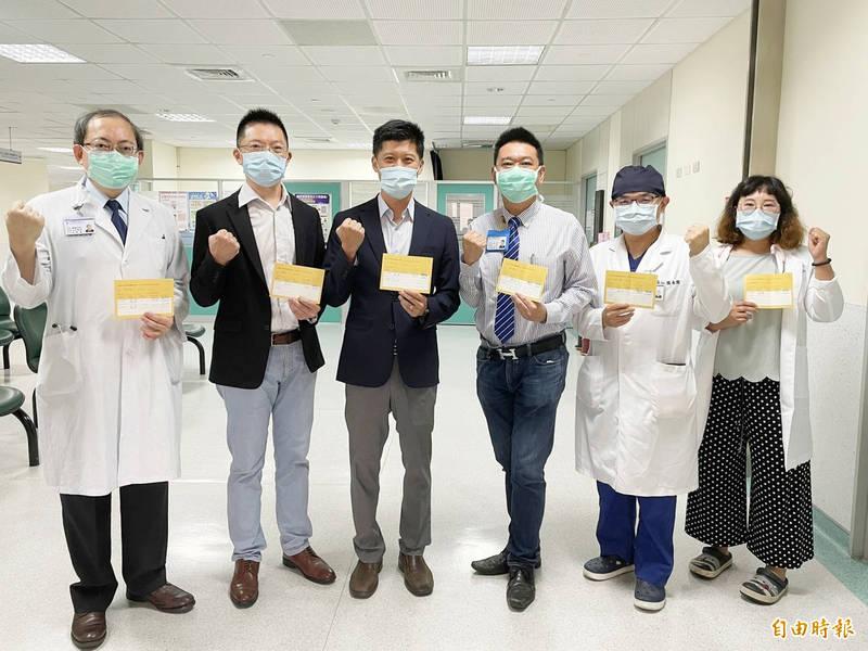 烏日林新醫院院長林明輝(左三)領軍,全院施打率高達95.94%。(記者何宗翰攝)